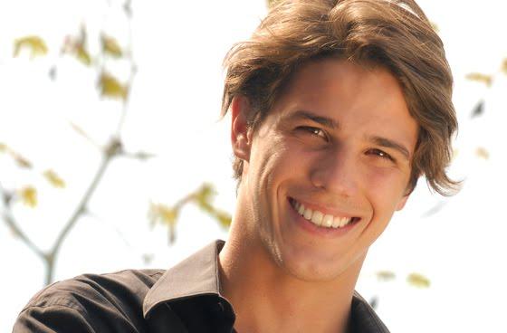Bomba: Ator da Record Romulo Arantes Neto apareçe nu em Webcam